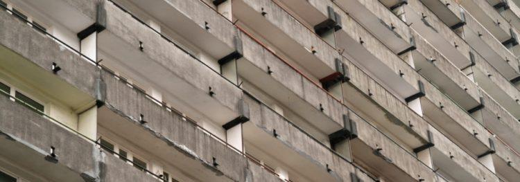 Bytový dům - panelák - balkony - obecní byty