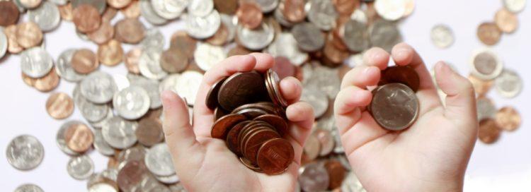 Peníze v rokách - ruce - mince