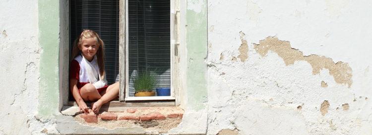Holčička v okně - chudoba - bydlení