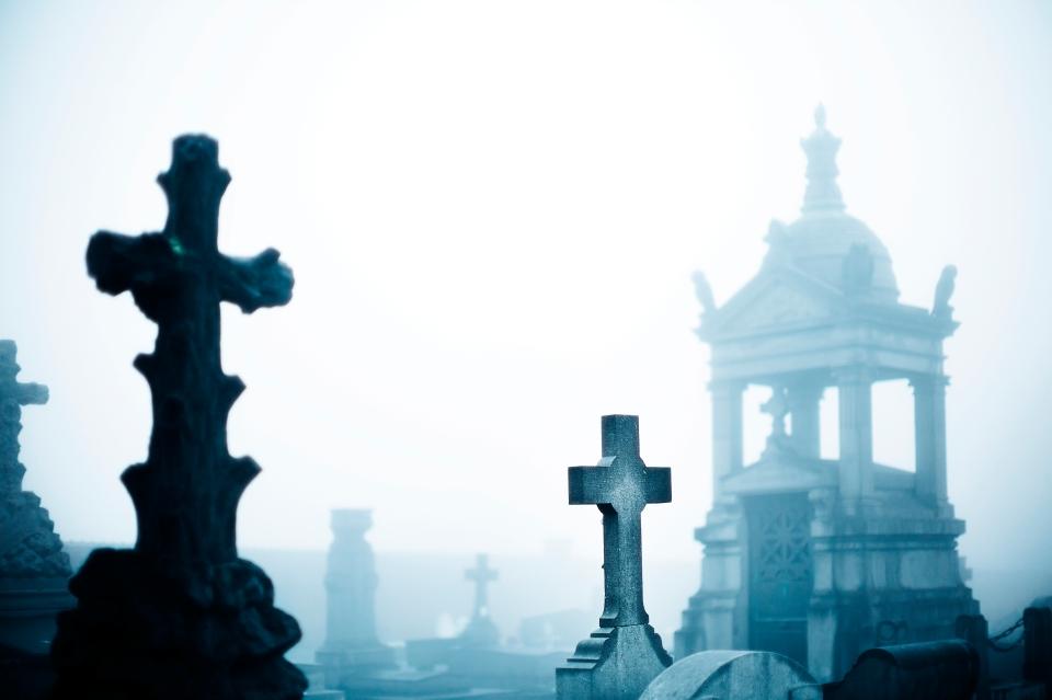 Hřbitov v mlze