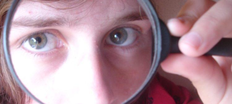 Lupa - kontrola hospodaření - žena - oči