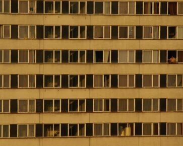 Panelák - panelový dům - bydlení v Česku - byty - bytový dům