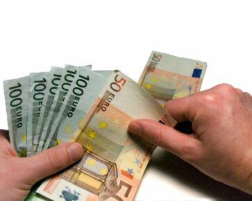 Peníze - bankovky - ruce - počítání peněz - EUR - eura