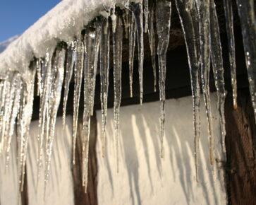 Zima - sníh - rampouchy - nemovitost - dům