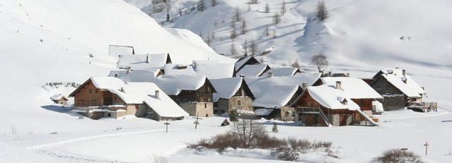 Vesnice zapadaná ve sněhu v horách