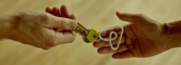 Airbnb - klíč - domov - ruce