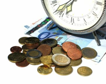 Čas - budík - peníze - bankovky - mince - eura