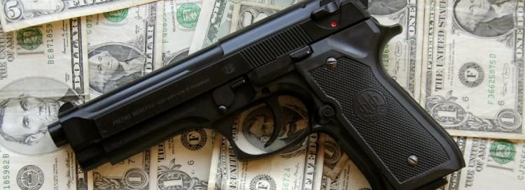 Pistole - zbraň - bankovky - peníze - dolary - USD