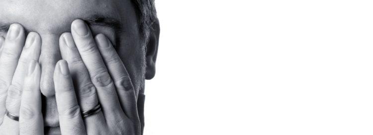 tvář zakrytá dlaněmi