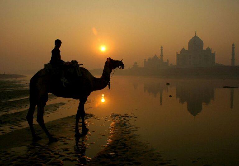 Indie - Taj Mahal - člověk na velbloudu
