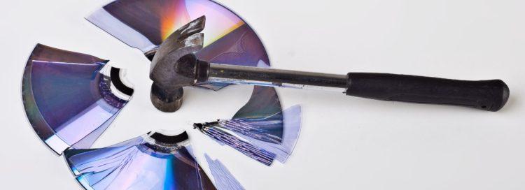 kladivem rozbité cd