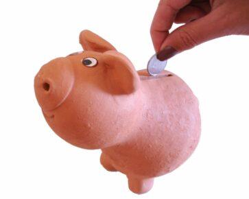 Prasátko - spoření - ruka - mince - peníze - stavební spoření