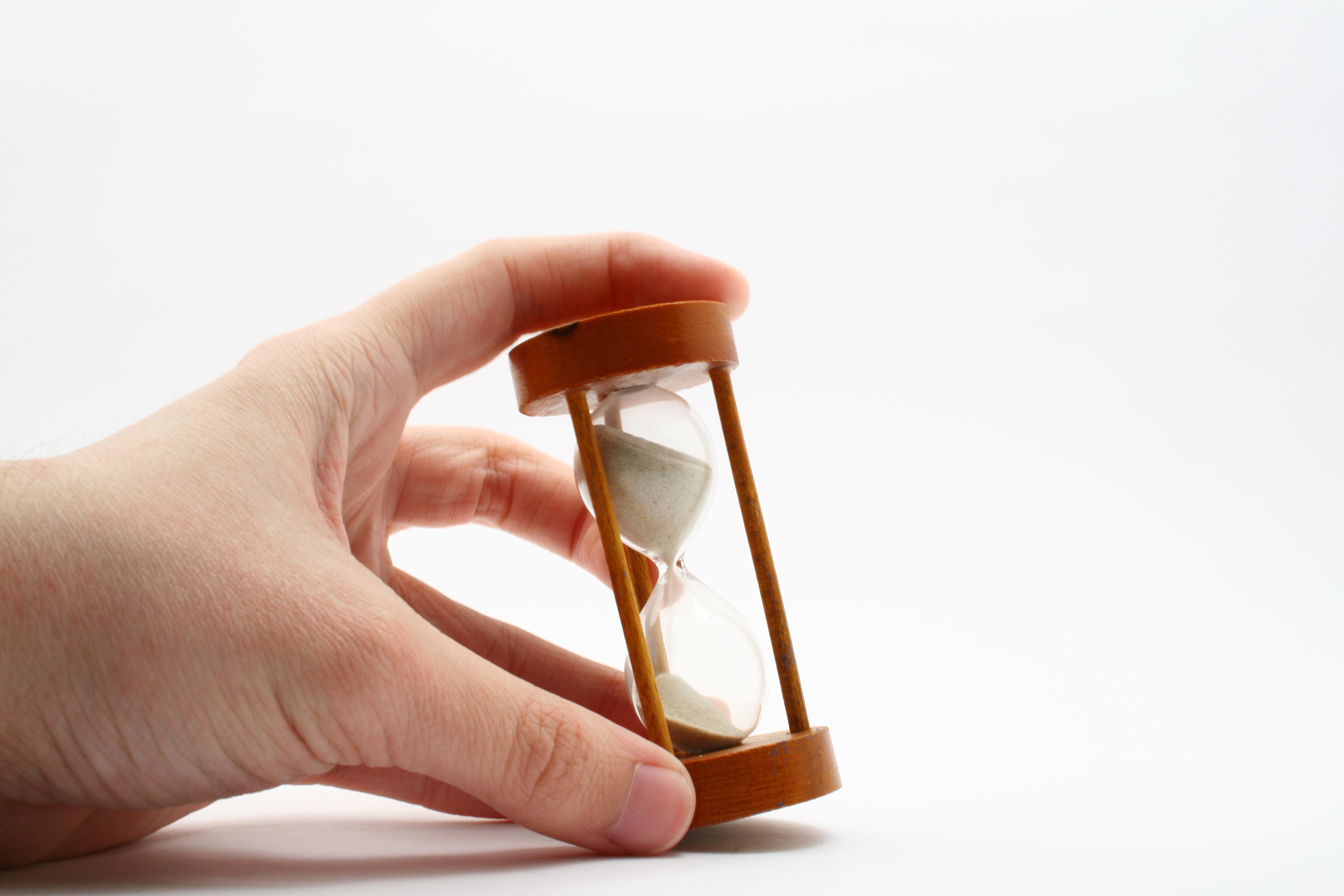 přesýpací hodiny s rukou