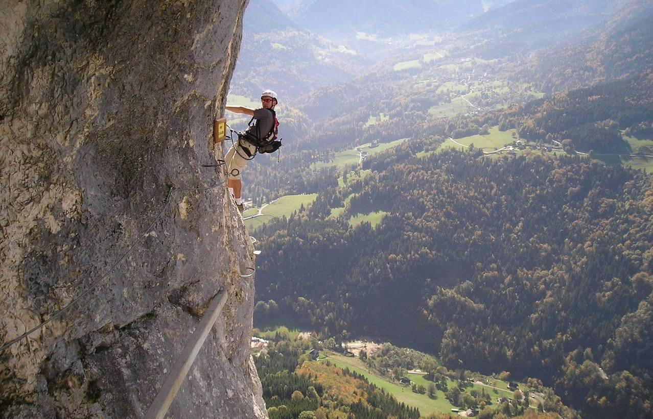 Horolezec - stěna - skála - převis - hloubka - závrať - příroda