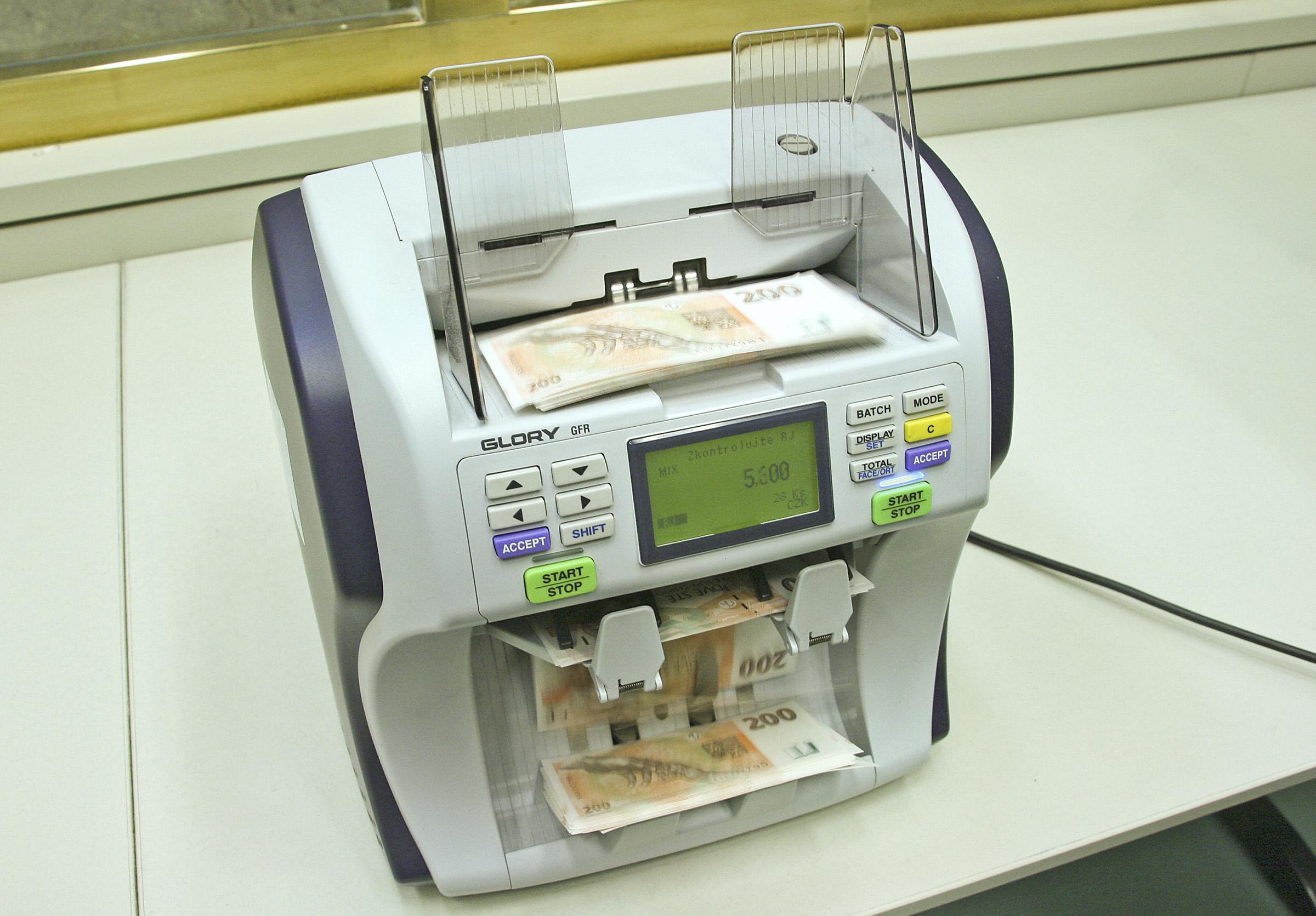Peníze - počítačka peněz ČNB - bankovky - české koruny - CZK