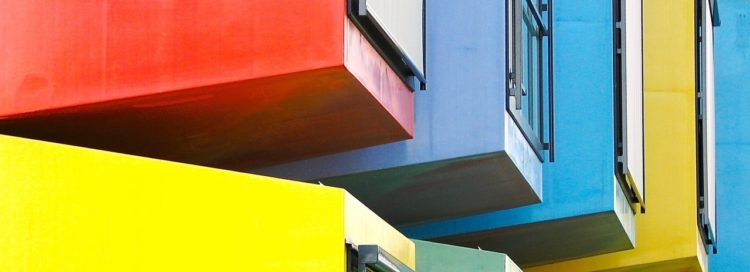 Barevné domy - okna - reality - byty - bytový dům