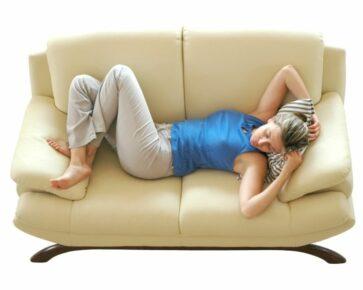 Spící žena na gauči - pohoda - sen