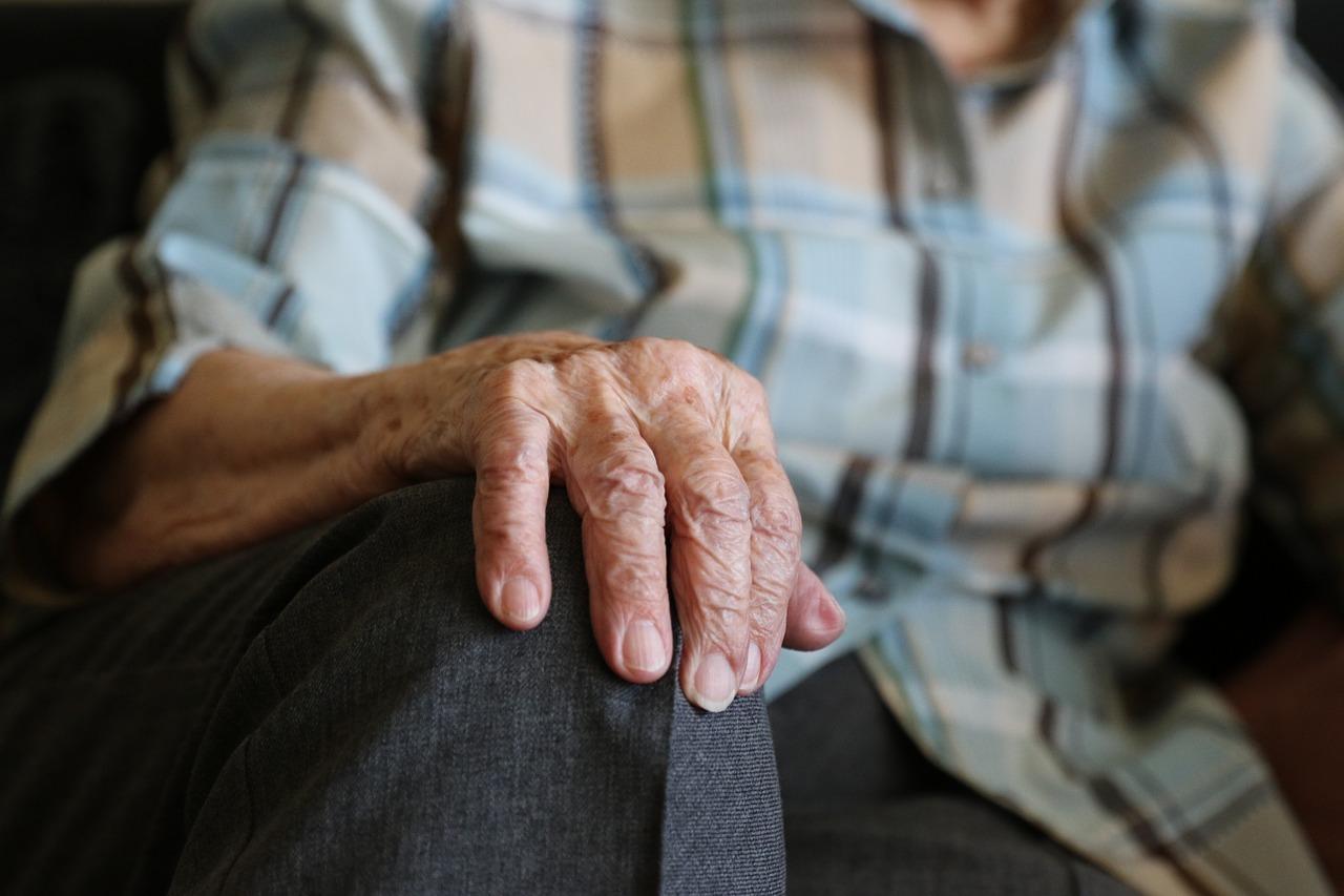 Ruka staré paní - podvedená babička