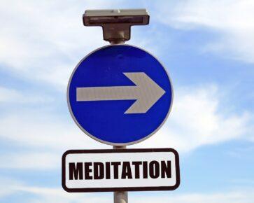 meditace - guru - přikázaný směr jízdy - značka