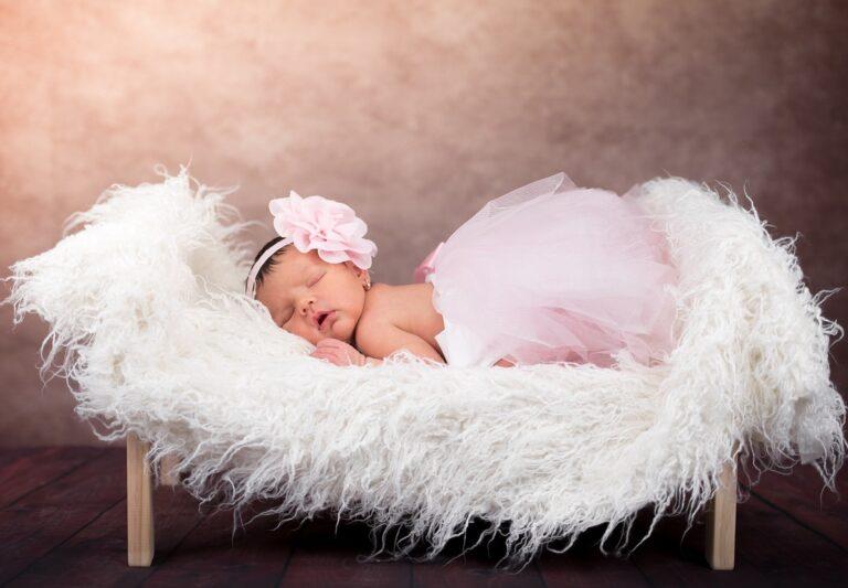 nemluvně - dítě - spící holčička v růžových šatech