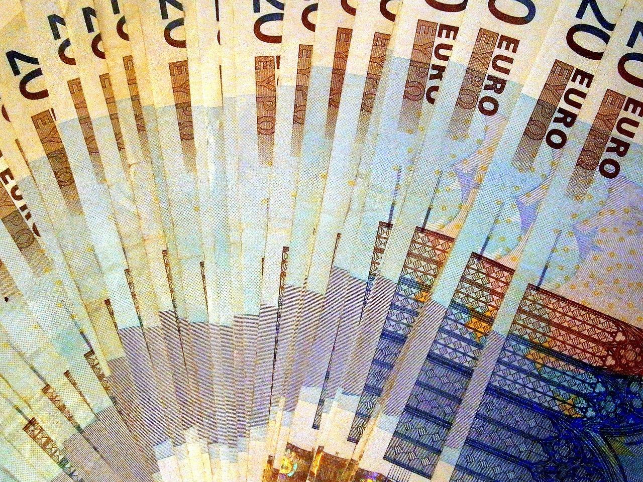 Peníze - bankovky - eura - zdroje
